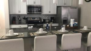 A cozinha ou cozinha compacta de Orlando Dream House Compass Bay