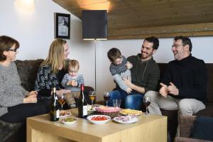Famille séjournant dans l'établissement CGH Résidences & Spas Le Jhana