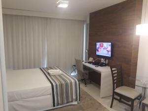 A television and/or entertainment centre at Hotel Fusion Express, Setor Hoteleiro Norte