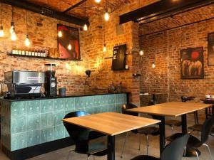 Um restaurante ou outro lugar para comer em Relaks Apartamenty