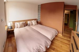 A bed or beds in a room at Paccard: Residence Le Lutetia