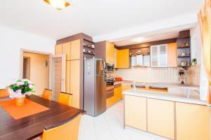 Kuchyň nebo kuchyňský kout v ubytování Zvekovica Villa Sleeps 9 Pool Air Con WiFi