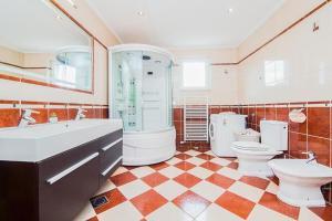 Koupelna v ubytování Zvekovica Villa Sleeps 9 Pool Air Con WiFi