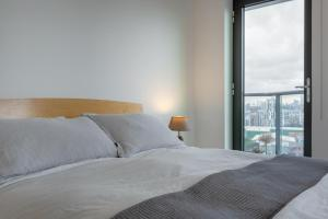 A bed or beds in a room at Modern 2 Bedroom Apartment with Panoramic Views