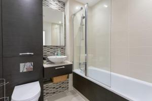 A bathroom at Modern 2 Bedroom Apartment with Panoramic Views