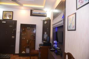 Televízia a/alebo spoločenská miestnosť v ubytovaní Square Suite
