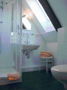 A bathroom at Apartments im Kaffeehaus Heldt