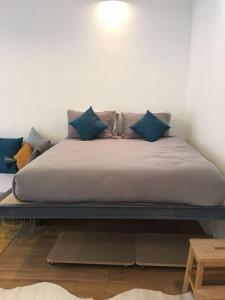 A bed or beds in a room at Studio Saulnier