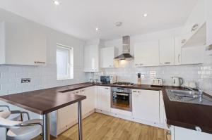 A kitchen or kitchenette at Valentis Contractor Apartments