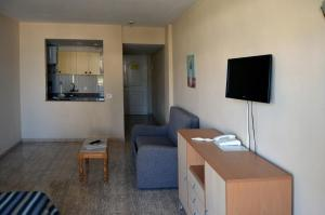 A television and/or entertainment center at Aparthotel Veril Playa