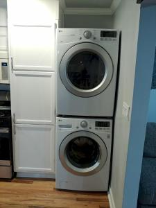 A kitchen or kitchenette at Handley Sleeps 16 only 4 miles to Downtown