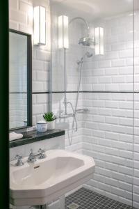A bathroom at Les Boulevards Hotel et Studio