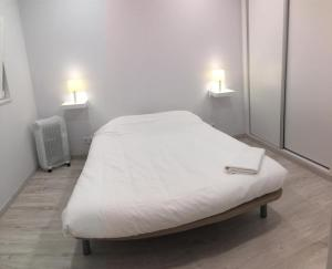 A bed or beds in a room at Airport Lisbon Apartment