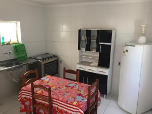 Una cocina o zona de cocina en Casa na Vila do Chicão
