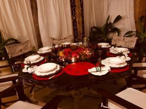 En restaurant eller et spisested på Location location location in kenya