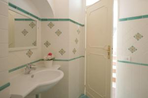 Positano Apartment Sleeps 6 Air Con WiFiにあるバスルーム