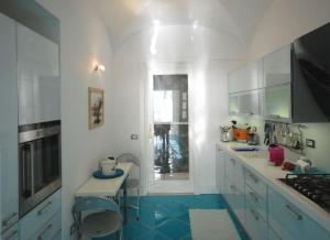 Kjøkken eller kjøkkenkrok på Positano Apartment Sleeps 2 Pool Air Con WiFi
