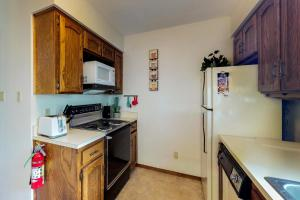 A kitchen or kitchenette at Gold Creek 206