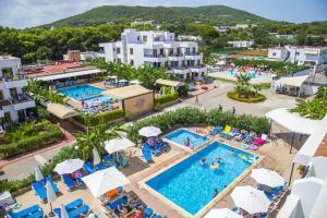 Uitzicht op het zwembad bij Casa Luis Apartments of in de buurt