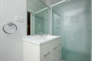 A bathroom at Forster Lodge 6, Cnr Wallis & West Street, Forster