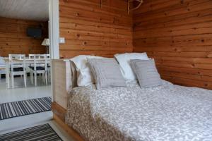 Ein Bett oder Betten in einem Zimmer der Unterkunft Mertala