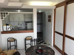 A kitchen or kitchenette at Apart na Pituba vista mar