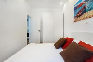 A bed or beds in a room at Crusader Street Apartments by Loft