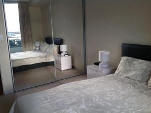 A bed or beds in a room at Marina Front Apartment