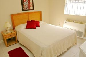 A bed or beds in a room at Poinsettia Villa Apartments