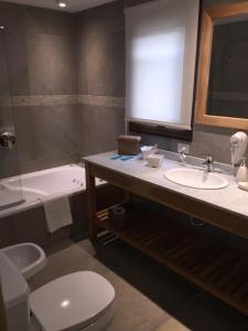 Un baño de Departamento 3 dormitorios, Arelauquen Bariloche