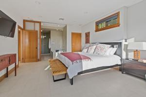 A bed or beds in a room at Modern Vintage 5 bedroom with views