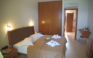 A bed or beds in a room at Sitia Bay