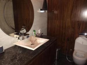 A bathroom at 4 BR + Maid Luxurious Apartment in The Palm Jumeirah