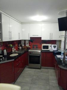 Кухня или мини-кухня в Apartments Svetlina