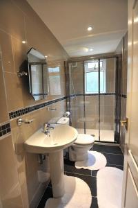 A bathroom at Belle-Vue Apartments