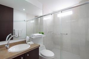 A bathroom at 122 Plaza Apartahotel