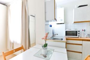 A kitchen or kitchenette at Cosy and Central Studio at Paddington/Hyde Park