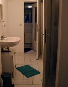 A bathroom at Berlin City Center Kreuzberg TOP Location
