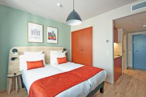 A bed or beds in a room at Appart'City Confort Bruxelles Centre Midi