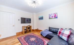 A seating area at Comfy 2 Beds Apartment near Mornington Crescent by City Stay London
