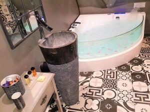Ein Badezimmer in der Unterkunft Le 1615 - Luxe et Spa