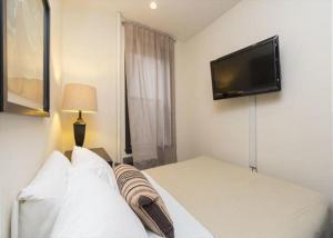 Uma cama ou camas num quarto em Fully Furnished Jersey City Suites