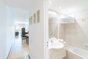 A bathroom at Callao Plaza Suites