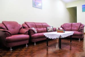 A seating area at Spacious! Kudat D's House // 婆罗洲 — 古达舒适小区