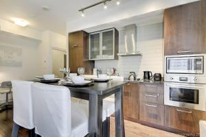 A kitchen or kitchenette at LUX 2 BR with City View in ❤️ of Dtown