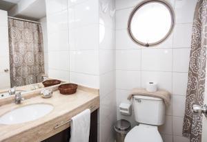 Un baño de Zenteno Apartments