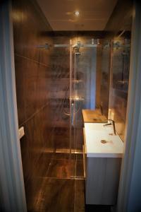 Łazienka w obiekcie Gastenverblijf Tjoene