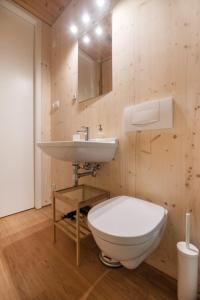 A bathroom at Apartments near metro station