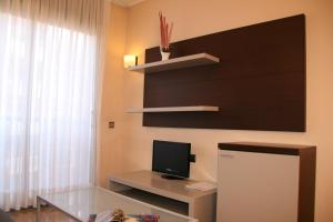 A television and/or entertainment center at Suites Independencia - Abapart