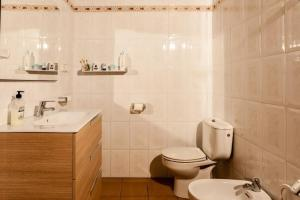 A bathroom at San Lorenzo de Balafia Villa Sleeps 8 Pool WiFi